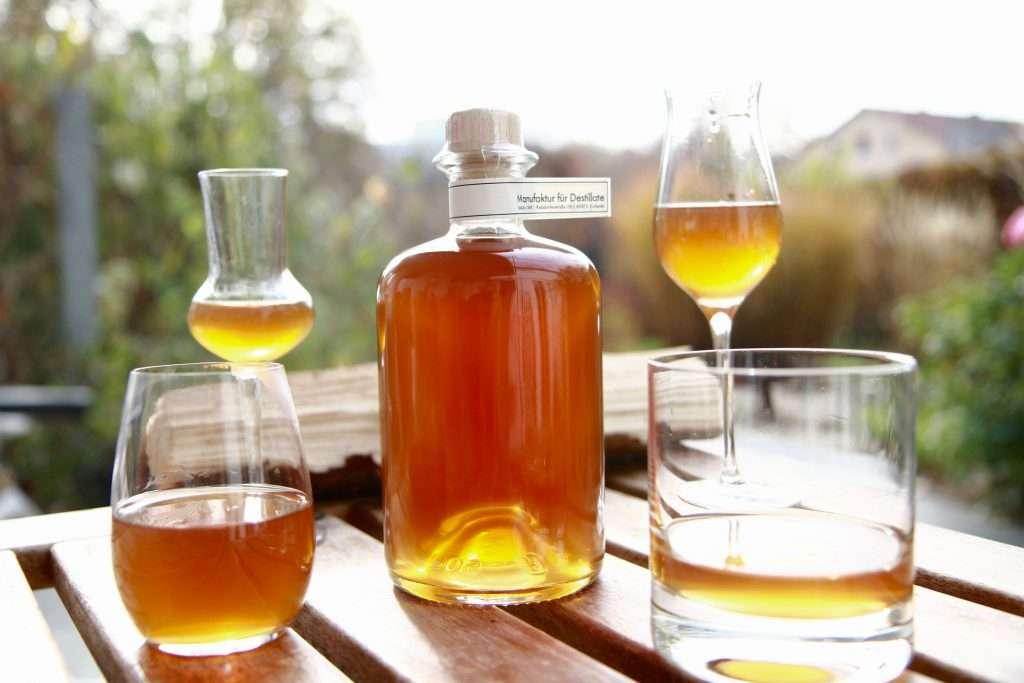 Schnaps-Gälser und Schnaps-Flasche in der Herbstsonne